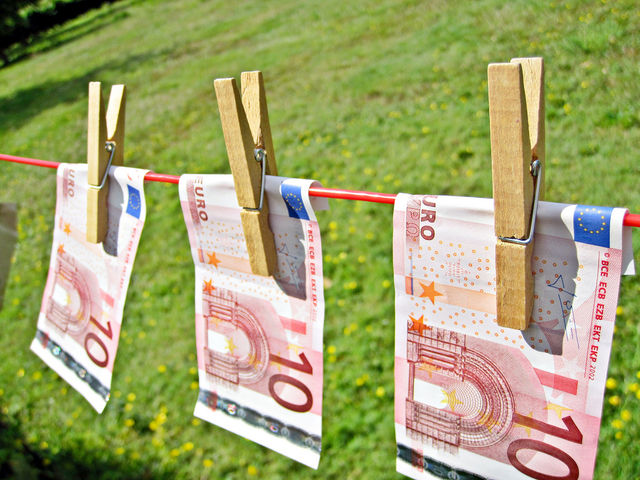 Esclusione del reato di autoriciclaggio nel versamento di denaro con provenienza illecita su carta prepagata